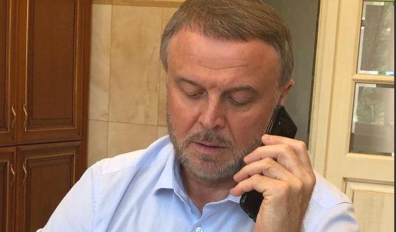 Николай Брыкин звонит по телефону